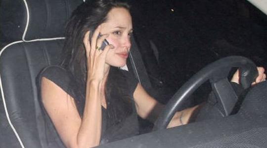 Она жалуется, что в последнее время он стал к ней 02.10.2006. Джоли душ